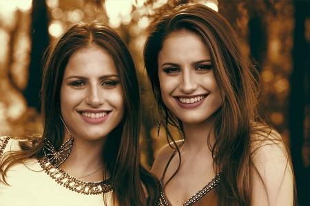 """Gêmeas e com apenas 14 anos, Júlia & Rafaela lançam primeiro EP e clipe do single """"Na Mesma Moeda"""""""