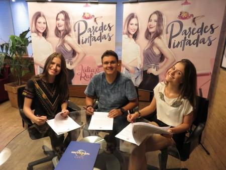 Júlia & Rafaela assinam contrato com a Universal Music