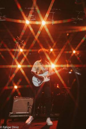 """Mahmundi lança o EP """"Live"""", com as músicas """"Desaguar"""", """"Hit"""" e """"Meu Amor"""", gravadas ao vivo, durante show no Rio de Janeiro"""