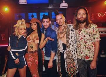 """DNCE estreia vídeo de parceria com Nick Minaj. Assista ao clipe de """"Kissing Strangers"""""""