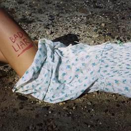 "Selena Gomez surpreende e lança o videoclipe oficial de ""Bad Liar"""
