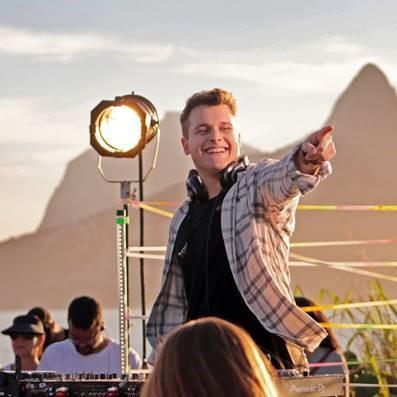Bruno Martini, um dos maiores nomes brasileiros na música eletrônica, comenta os hits da carreira em um vídeo que reflete sua personalidade