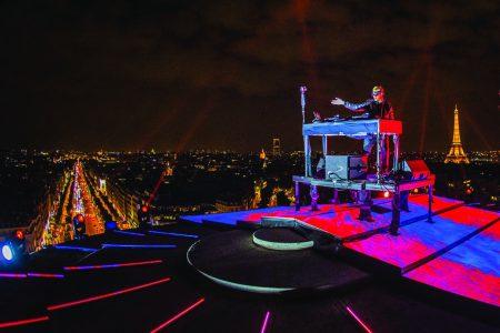 Em evento surpreendente no Arco do Triunfo, em Paris, DJ Snake apresenta parceria com Lauv, em composição de Ed Sheeran