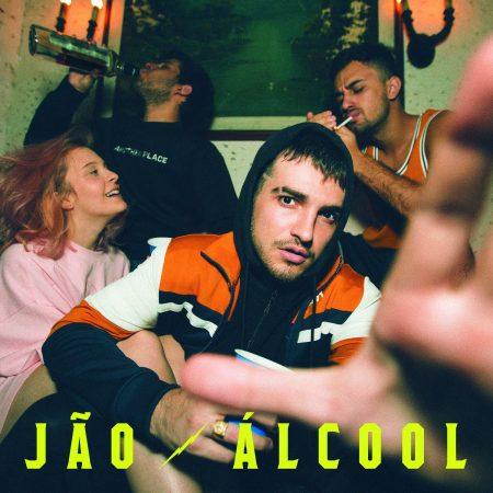 """Após sucesso com covers na internet, o cantor Jão lança os singles """"Álcool"""" e """"Ressaca"""", faixas de estreia de seu primeiro trabalho autoral"""