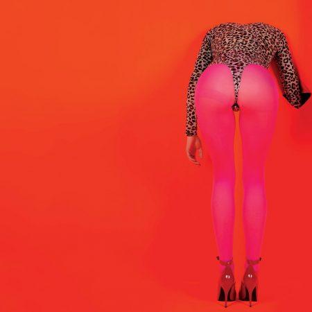 """St. Vincent lança álbum """"Masseduction"""" e o terceiro single do disco """"Pills"""""""