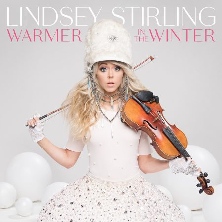 "Lindsey Stirling e seu violino criam novos clássicos de Natal no álbum ""Warmer In The Winter"""