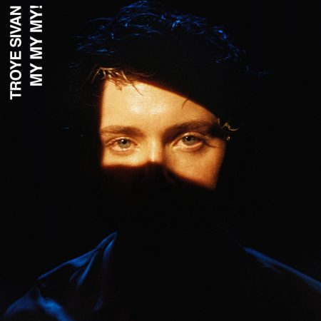 "Ele está de volta! Troye Sivan lança novo single e clipe. Confira ""My! My! My!"""
