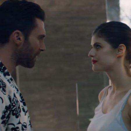 """Em novo clipe de """"Wait"""", do Maroon 5, Adam Levine vive romance conturbardo com a atriz Alexandra Daddario"""