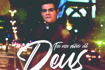 """Padre Reginaldo Manzotti lança o álbum """"Tá Na Mão de Deus"""", com as participações de Simone & Simaria, Michel Teló e Adriana Arydes. No mesmo dia, o padre disponibiliza o vídeo de """"Soberano Deus"""""""