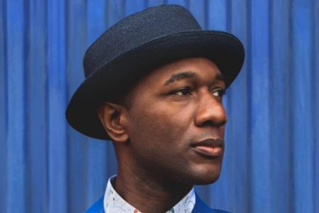 "Aloe Blacc divulga a versão acústica de ""Brooklyn In The Summer"""
