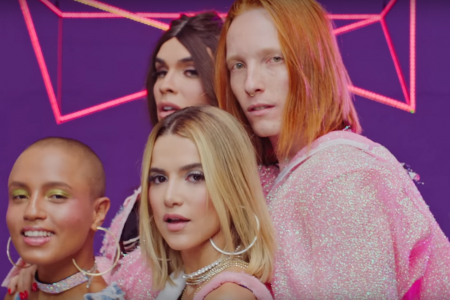 """Manu Gavassi acaba de lançar o clipe da música """"Me Beija"""", com referências a ícones pop dos anos 2000"""