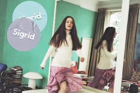 """""""Schedules"""" é a nova música da cantora Sigrid, disponível em todas as plataformas digitais"""