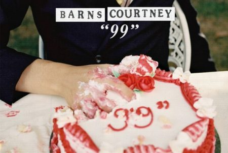 "Assista ao videoclipe de ""99"", do cantor Barns Courtney"