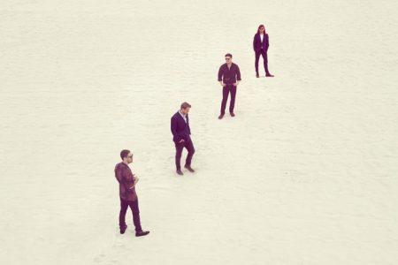 """Mumford & Sons anuncia detalhes de seu quarto álbum e compartilha o primeiro e explosivo single, """"Guiding Light"""""""
