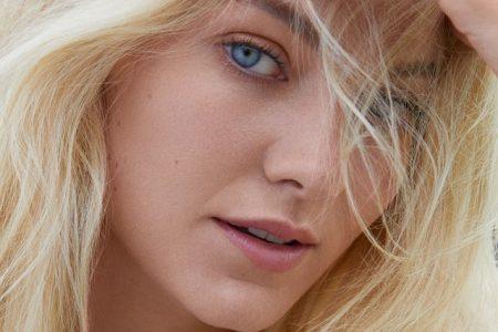 """A cantora norueguesa Astrid S apresenta sua nova música """"Emotion"""""""