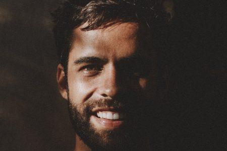 """""""Amar Vai Além"""" é o álbum de estreia do cantor Felipe Alcântara. Assista ao clipe de """"Nem Pensar"""", com a participação de Lucy Alves"""