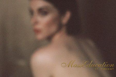"""Começa a pré-venda da nova versão do álbum """"MassEducation"""", da cantora St. Vincent"""