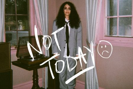 """Alessia Cara disponibiliza mais uma faixa de seu novo álbum. Ouça """"Not Today"""", em todas as plataformas digitais"""