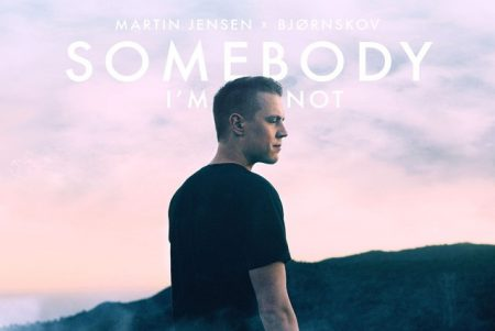 "Após o sucesso do EP ""World"", DJ Martin Jensen apresenta o single ""Somebody I'm Not"""