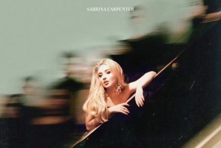 """De surpresa, Sabrina Carpenter lança o videoclipe de """"Paris"""". Assista agora!"""