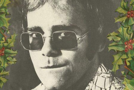 """Elton John lança o inédito EP temático, """"Step Into Christmas"""", além do vídeo de sua apresentação no The Gilbert O'sullivan Show"""