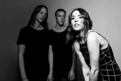 Conheça o pop eletrônico do trio norte-americano Shaed