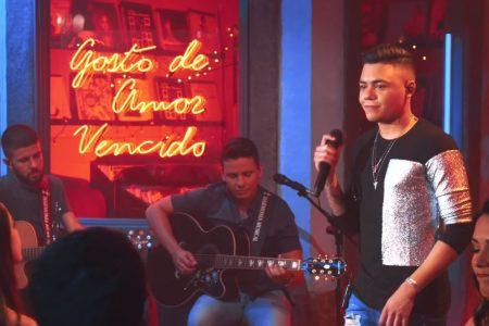 "O cantor Felipe Araújo segue apresentando seu novo álbum e lança o vídeo de ""Deixa Eu Te Perguntar"""