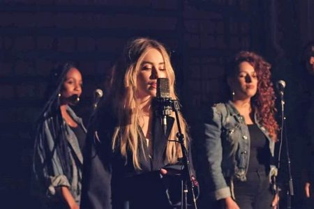 """A cantora Sabrina Carpenter apresenta a versão <em>acappella</em> do hit """"Sue Me"""""""