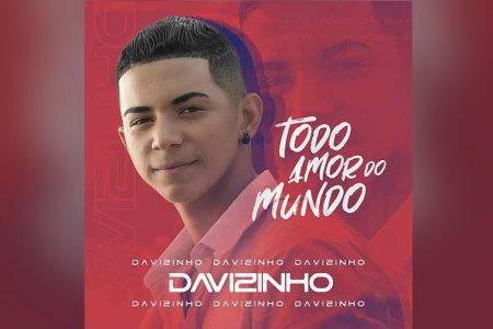 """DAVIZINHO, CANTOR REVELADO POR MUMUZINHO, LANÇA SUA MÚSICA DE ESTREIA, """"TODO AMOR DO MUNDO"""". O VIDEOCLIPE TAMBÉM ESTÁ DISPONÍVEL"""
