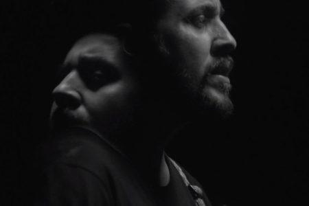 """MAIS UMA FAIXA DO ÁLBUM """"NA MÃO AS FLORES"""", DE SURICATO, GANHA UM VIDEOCLIPE.  ASSISTA """"TATUA"""", NO CANAL OFICIAL DO CANTOR NO YOUTUBE"""