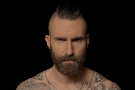 "ASSISTA AGORA AO EMOCIONANTE VÍDEO DO MAROON 5 PARA O NOVO SINGLE, ""MEMORIES"""