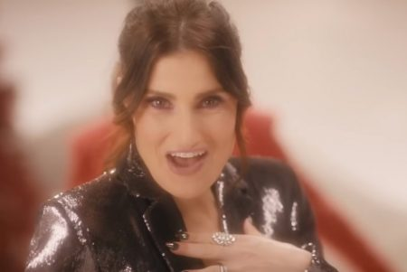 "IDINA MENZEL APRESENTA O VÍDEO DE ""I GOT MY LOVE TO KEEP ME WARM"", COM A PARTICIPAÇÃO DE BILL PORTER"