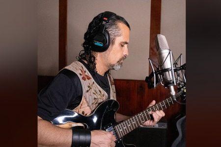 """O CANTOR E MUSICISTA PAUL ROCK REVISTA A CLÁSSICA """"POR QUEM OS SINOS DOBRAM"""", DE RAUL SEIXAS. ASSISTA TAMBÉM AO VIDEOCLIPE"""