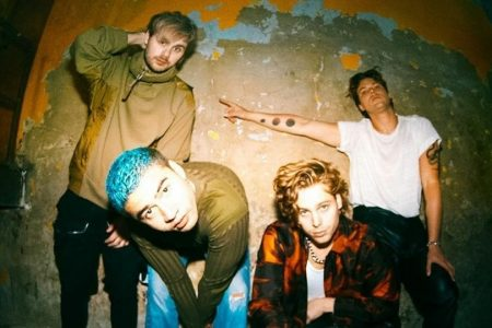 "5 SECONDS OF SUMMER (5SOS) LANÇA A INÉDITA ""KILL MY TIME"" E UMA NOVA VERSÃO DO ÁLBUM ""CALM (PLUS 1)"""