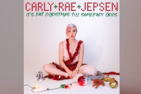 "EM CLIMA DE NATAL, CARLY RAE JEPSEN APRESENTA A CANÇÃO ""IT'S NOT CHRISTMAS TIL SOMEBODY CRIES"""