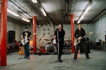 """ASSISTA AO VIDEOCLIPE DE """"WALK ON"""", DO U2, NA VERSÃO ASSINADA POR LIZ FRIEDLANDER"""