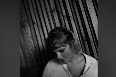 """TAYLOR SWIFT LANÇA O ÁLBUM E O REGISTRO AUDIOVISUAL DE """"FOLKLORE: THE LONG POND STUDIO SESSIONS"""", NA DISNEY+ E NOS APLICATIVOS DE MÚSICA"""