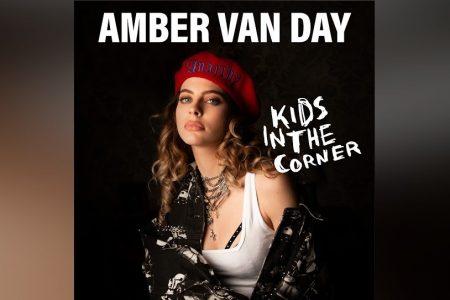 """AMBER VAN DAY SE DESTACA NAS PARADAS COM A FAIXA """"KIDS IN THE CORNER"""""""
