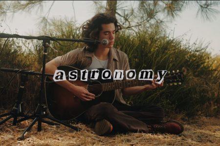 """ASSISTA AO VÍDEO DA VERSÃO ACÚSTICA DE """"ASTRONOMY"""", NOVO SINGLE DE CONAN GRAY"""