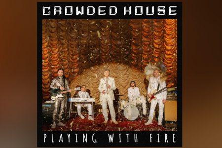 """OUÇA """"PLAYING WITH FIRE"""", A NOVA MÚSICA DO CROWDED HOUSE, QUE CHEGA ACOMPANHADA DO VÍDEO OFICIAL"""
