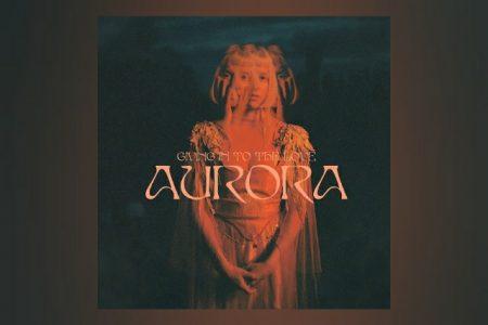 "AURORA LANÇA O SINGLE ""GIVING IN TO THE LOVE"" E ANUNCIA O ÁLBUM ""THE GODS WE CAN TOUCH"""